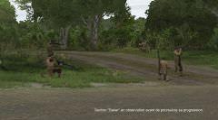 Le Premier Lieutenant Fabrice observe l'ennemi, avant de continuer à avancer.