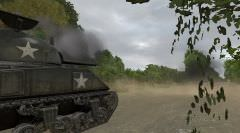 Le Sherman vient d'apercevoir un Panzer IV dissimulé un peu plus loin sur la route. Black donne l'ordre d'engager ce dernier.