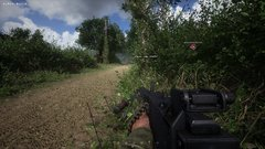 Hell Let Loose - On avance sur une route en se dissimulant dans la végétation. L'ennemi peut surgir à tous moments !